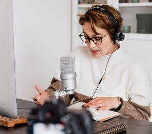 Une femme entrain d'enregistrer sa voix pour un livre audio