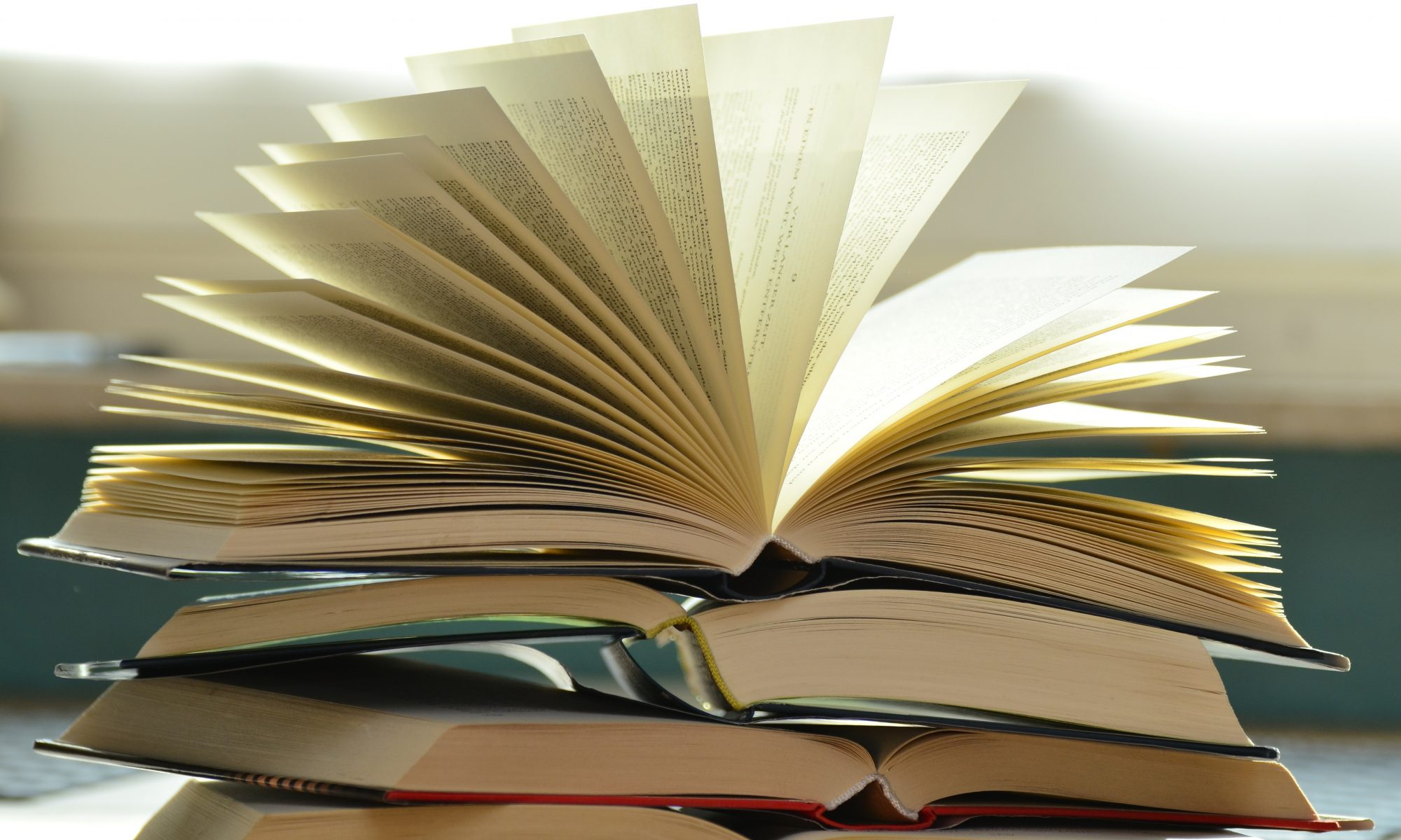 pile de livres reliés ouverts